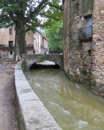 Rising water in town's riverbed